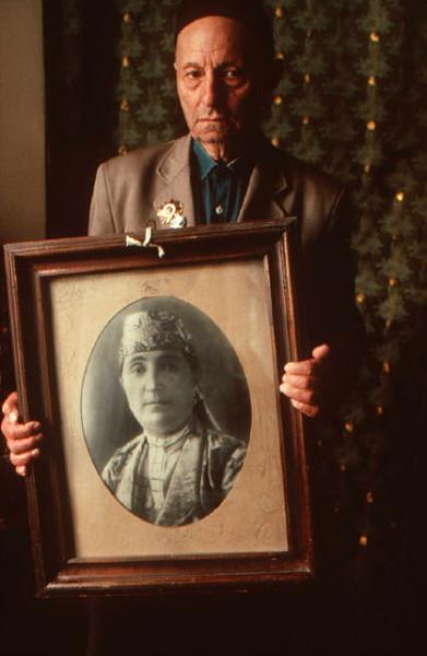 49 ПИнхасов, Коканд, человек с портретом матери, 1988