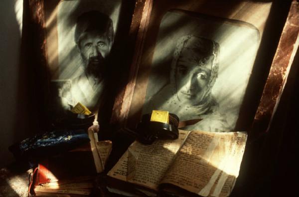 50 Пинхасов, Портрет бабушки и дедушки с богослужебными книгами, 1988 (еврейская община)