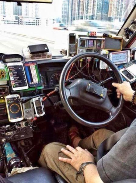 куча телефонов на  торпеде автомобиля