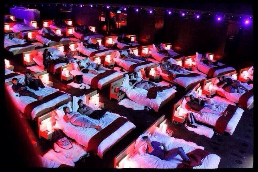 люди в кроватях смотрят кино