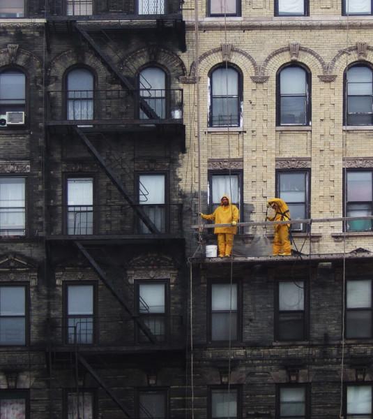 люди моют здание