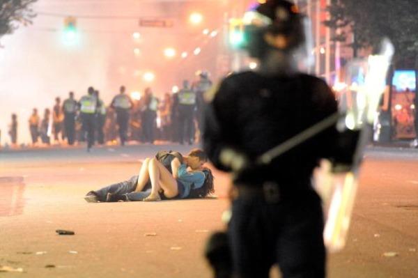Поцелуй после беспорядков в Ванкувере
