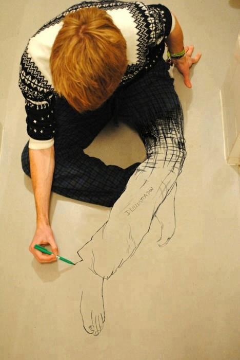 человек рисуте сам себя