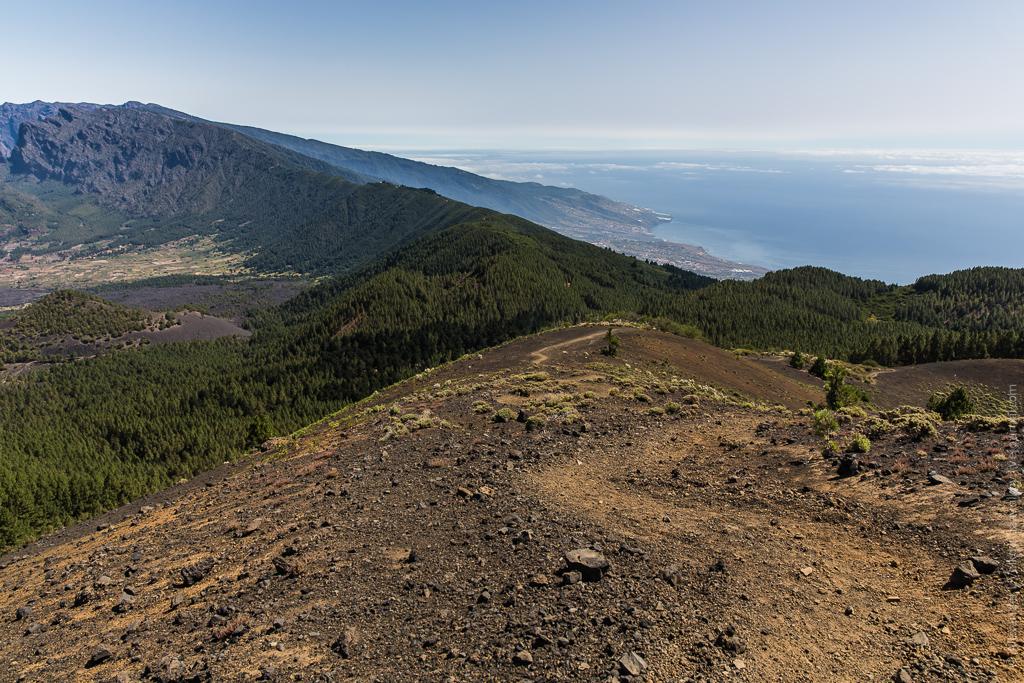 Это относительно пологий участок тропы! :) Слева открывается вид на Кальдеру Табуренте - главную вулканическую достопримечательность острова