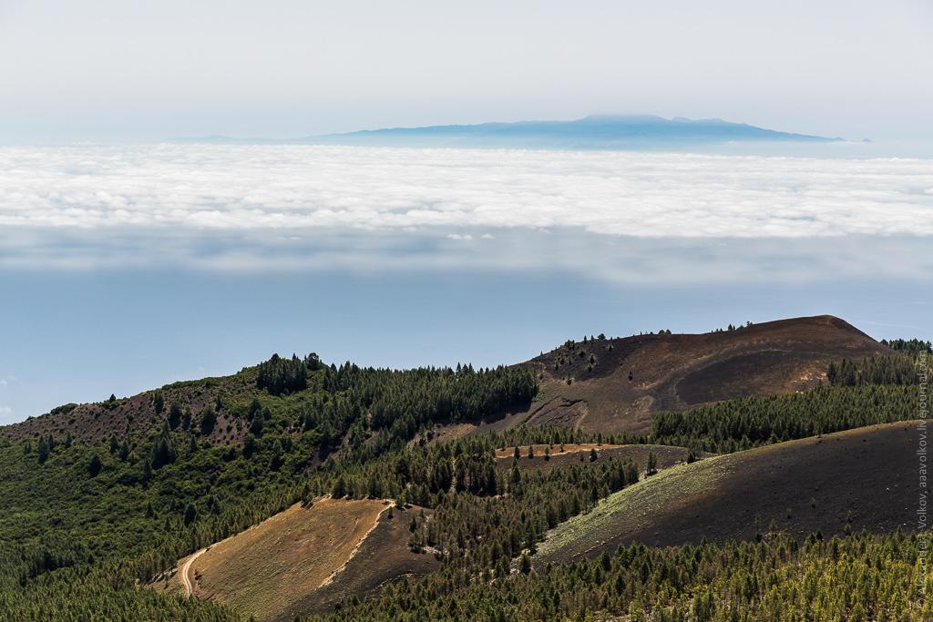 Тропа проходит по веренице конусов вулканов, сформированных в разные периоды, но имеющих примерно одинаковый на глаз состав выброшенного вулканического пепла