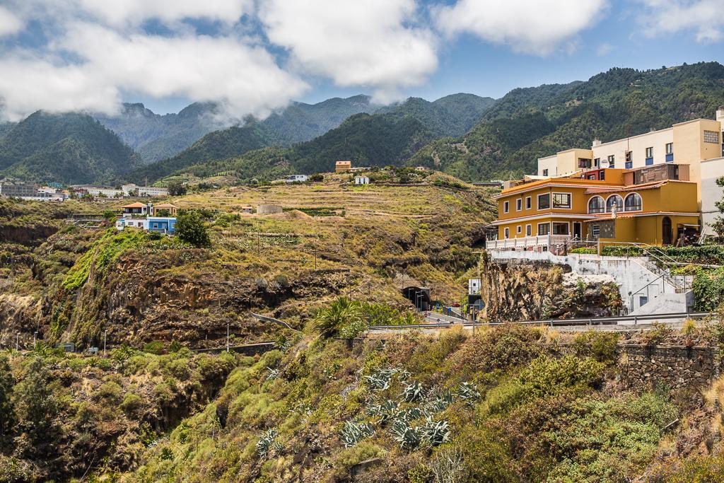 После тропы решили остудить свои перегретые солнцем головы в тенистом лесу Los Tilos. А это типичный ландшафт на острове с его крутыми склонами, голубыми агавами, десятками видами молочаев, хорошими дорогами и незамысловатой архитектурой