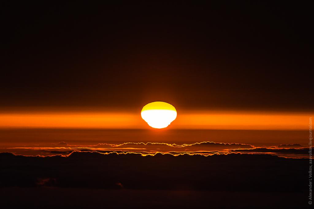 Интересные оптические искажения начинаются за секунду до касания солнца горизонта. Вот она - наглядная иллюстрация разницы в плотности слоев атмосферы