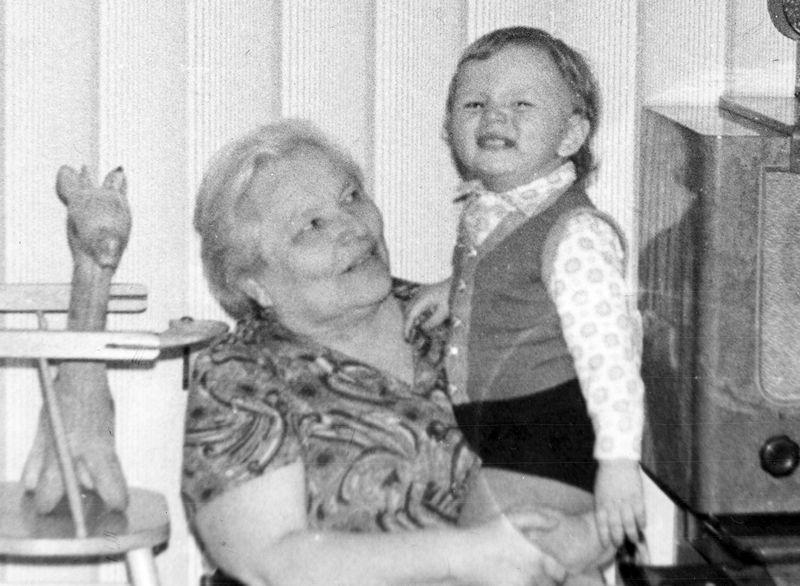 Это Аночка (Анна Александровна Жуковская) и я в самый разгар своего счастливого советского детства.