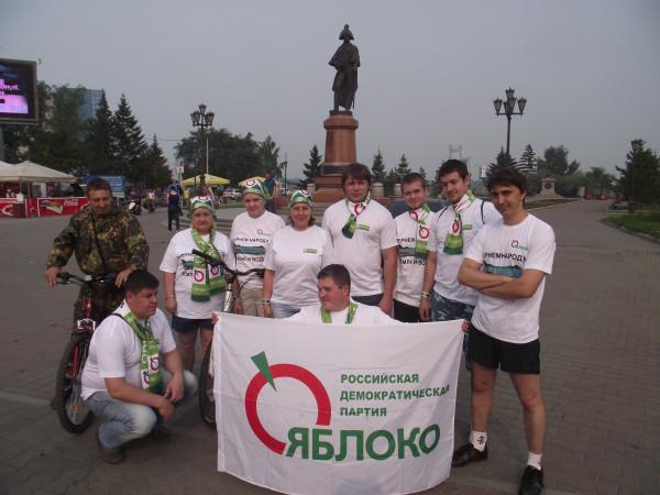 Участники первого «яблочного» велопробега в Красноярске (фото: Александр Колотов)