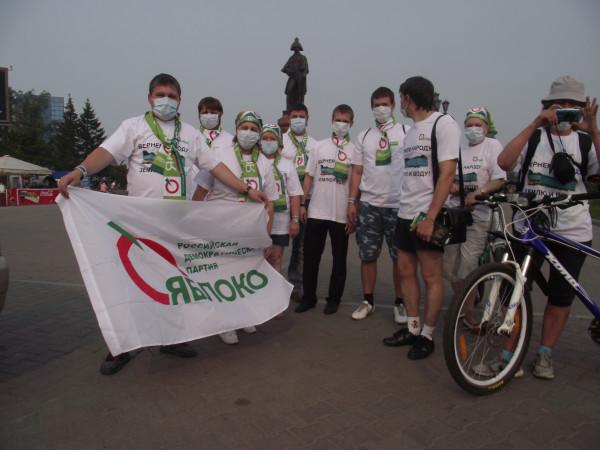 Первый «яблочный» велопробег в Красноярске с защитными повязками от городского смога (фото: Александр Колотов)