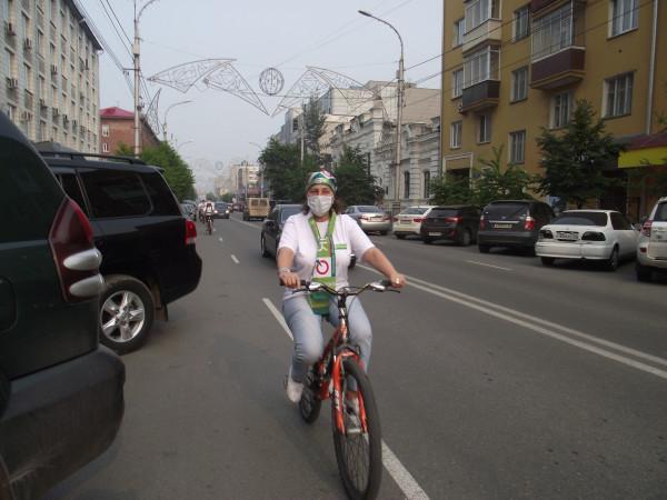 Руководитель красноярского «ЯБЛОКА» Оксана Демченко участвует в первом «яблочном» велопробеге в Красноярске (фото: Сергей Волков)
