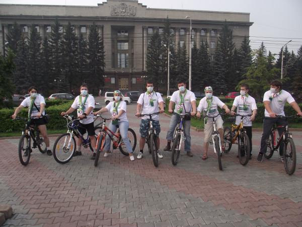 Участники первого «яблочного» велопробега в Красноярске на фоне здания администрации Красноярского края (фото: Сергей Волков)