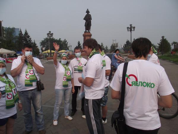 Первый «яблочный» велопробег в Красноярске. Надеваем защитные повязки от красноярского смога (фото: Александр Колотов)