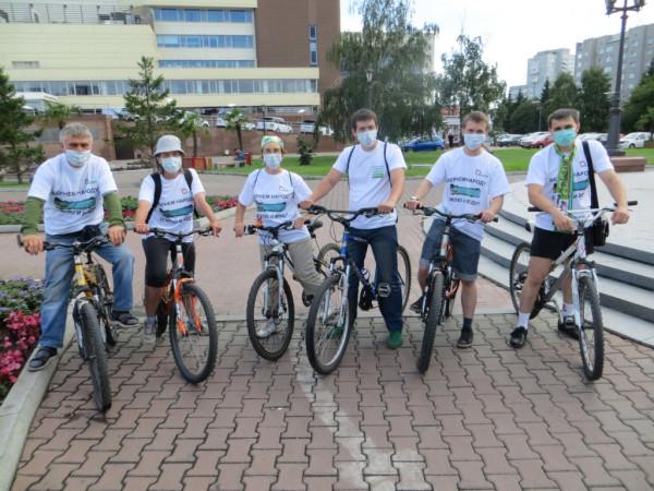 Перед стартом второго «яблочного» велопробега по улицам Красноярска в поисках чистого воздуха. (Фото: Александр Колотов)