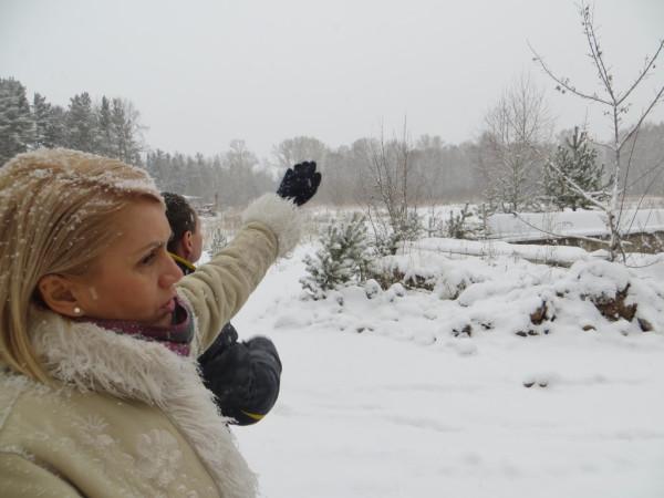Депутат горсовета Красноярска Елена Курамшина показывает на территорию планируемой регбийной застройки городского леса