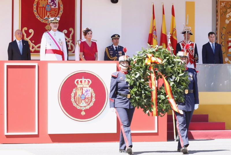 Испанцы на параде в честь дня вооруженных сил.