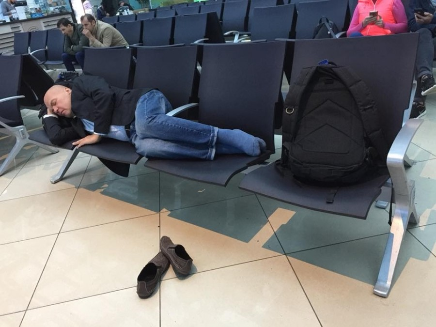 Ковтун спит в аэропорту