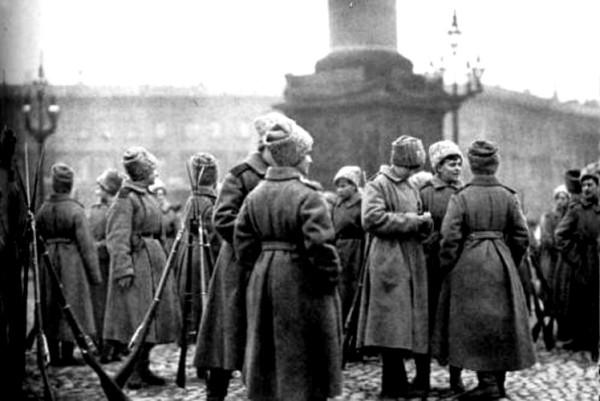 Петроград. Женский батальон на Дворцовой площади