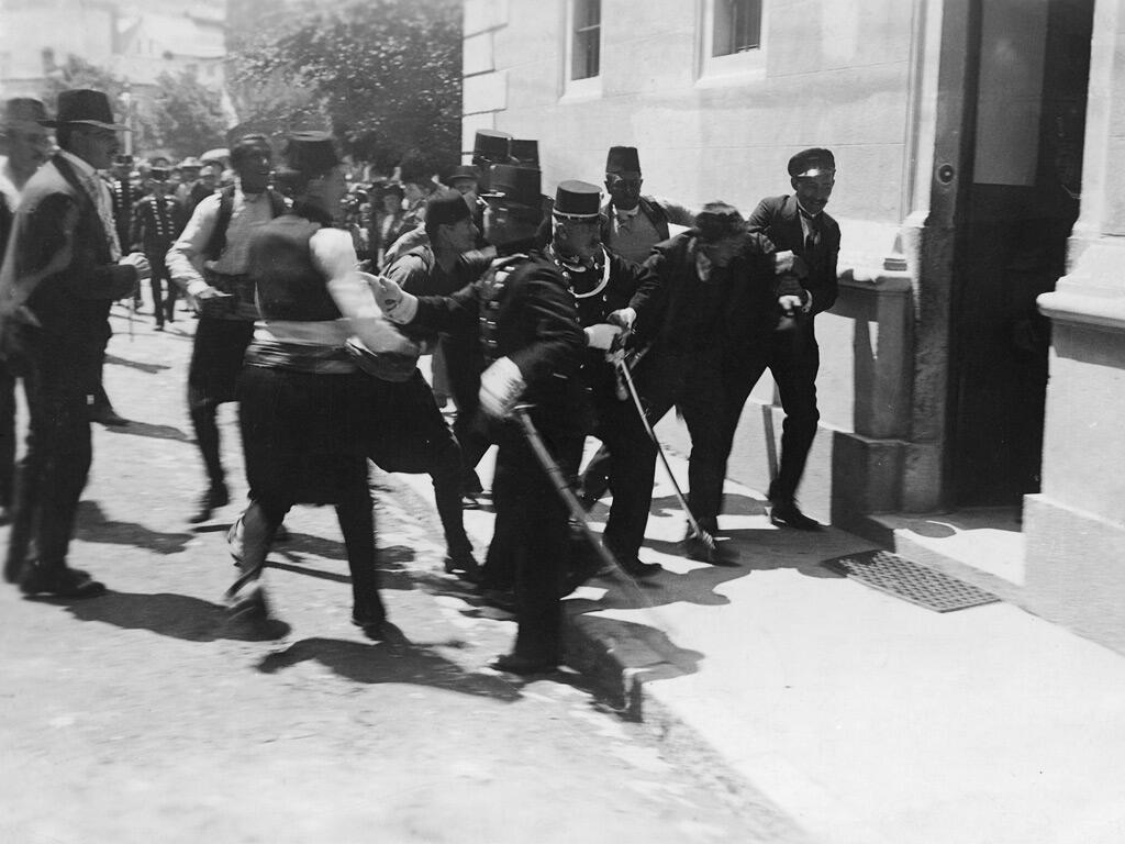 1914_Saraevo_arrest_of_shhoter