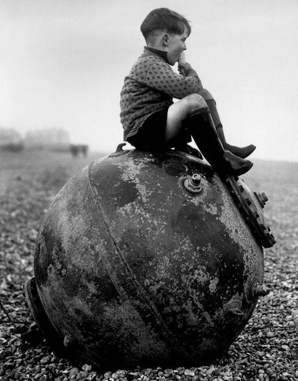 England_1940_boy_on_mine