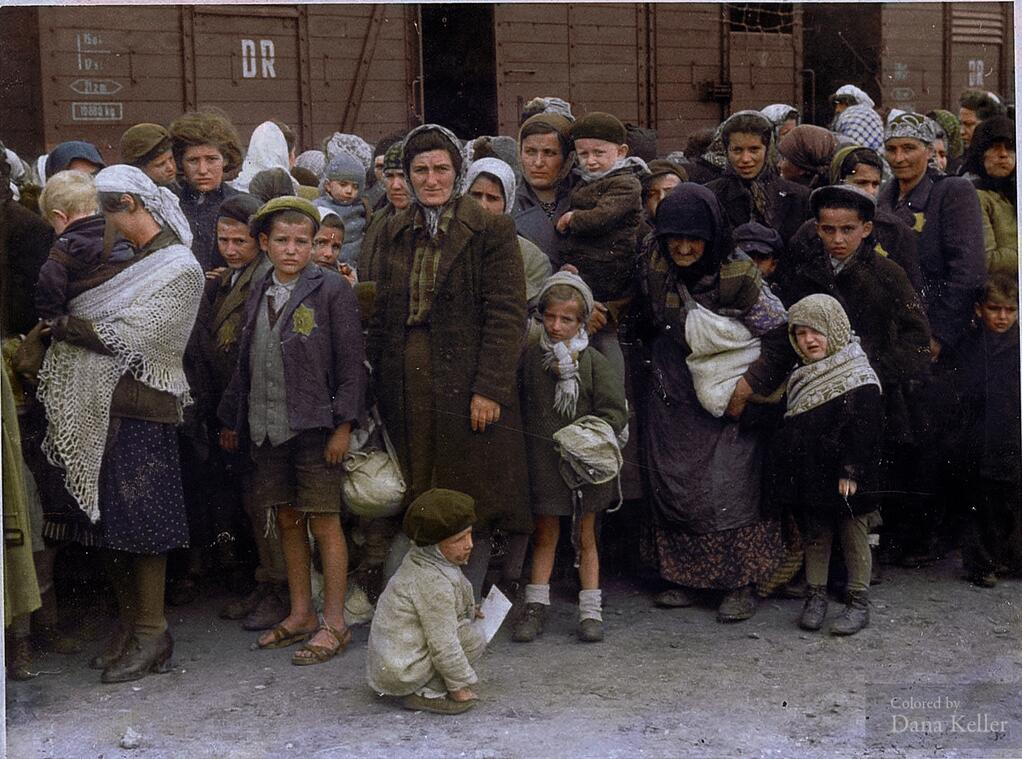 Jewish_women_children_arriving__extermination_camp_Poland