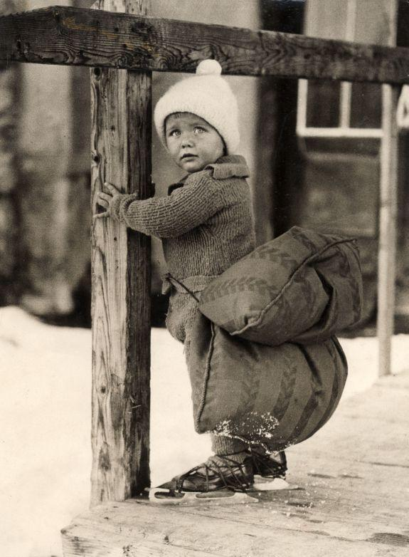 1933_Young_skater_with_safety_cushion