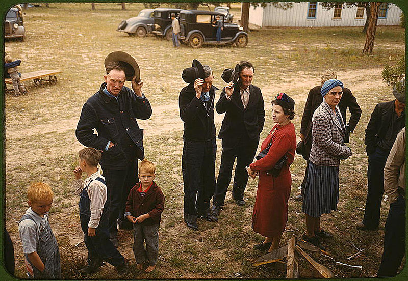 Saying_grace_before_the_barbeque_dinner_Pie_Town_New_Mexico_October_1940