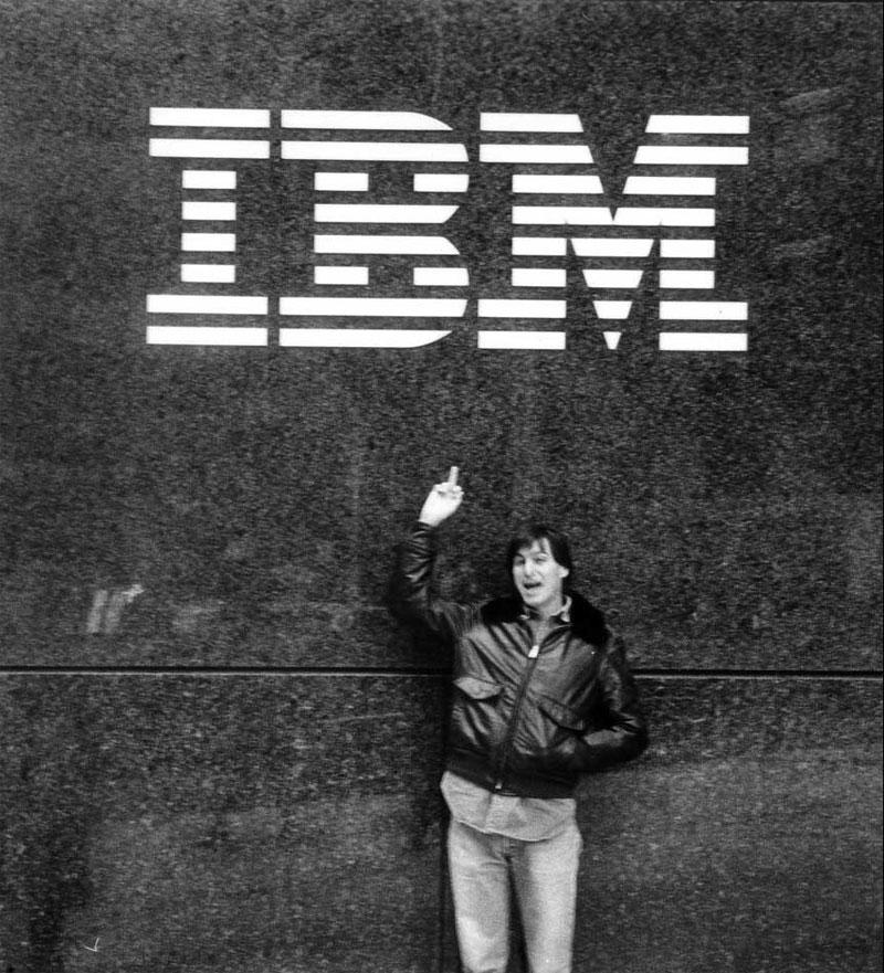 steve_jobs_under_IBM_logo