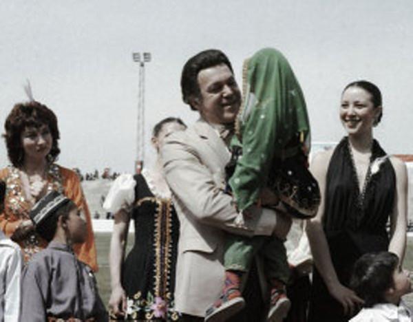 Иосиф Кобзон (с девочкой на руках) выступает на стадионе в Кабуле
