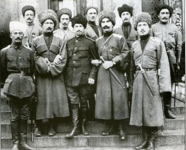 Карачаевцы из Дикой дивизии с генералом Л. Г. Корниловым