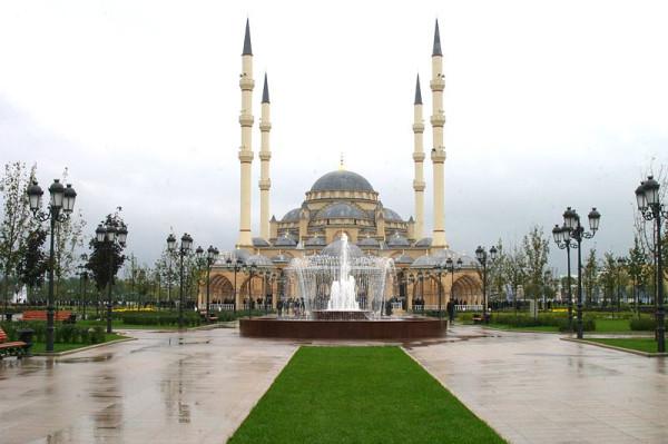 800px-Achmat-Kadyrow-Mosche,_Grosny