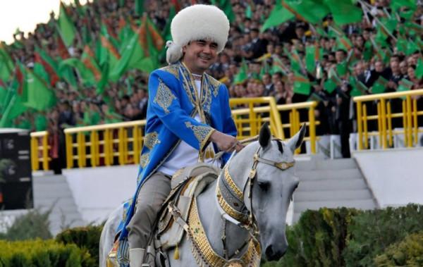 гурбангулы-бердымухамедов-на-коне