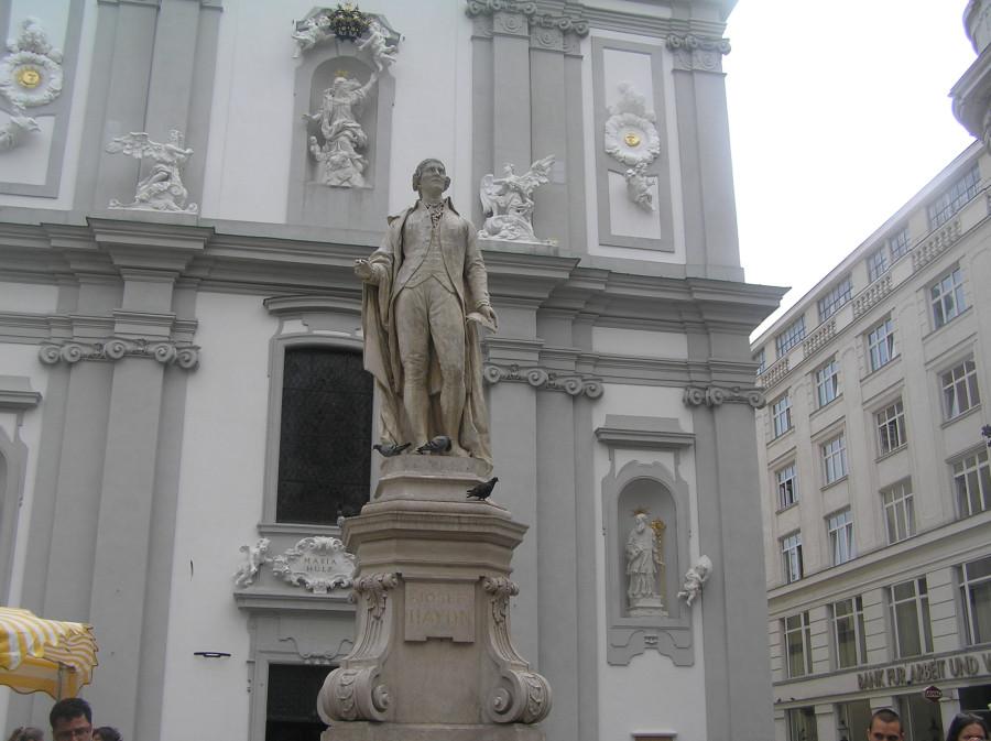 Вена. Памятник Гайдну на Марияхильфе-штрассе