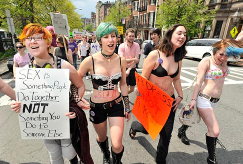 Борьба за право не судить по внешности велась в 2012, еще до MeToo. Интересна связь одежды и этики, право на выбор образа и борьба с культурой насилия, с обвинением его жертв в провокации.