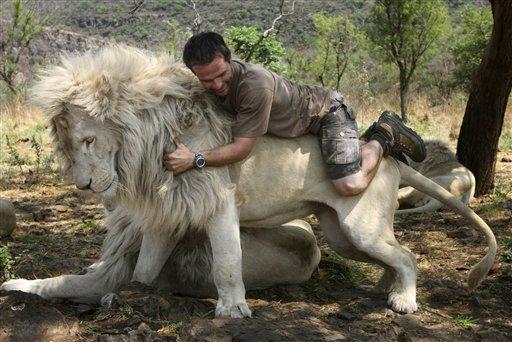 Кевин Ричардсон на белом льве