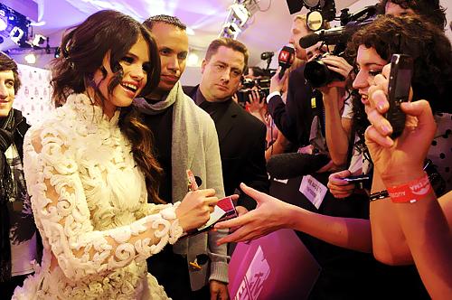 Selena Gomez[2] - Page 38 000489wk
