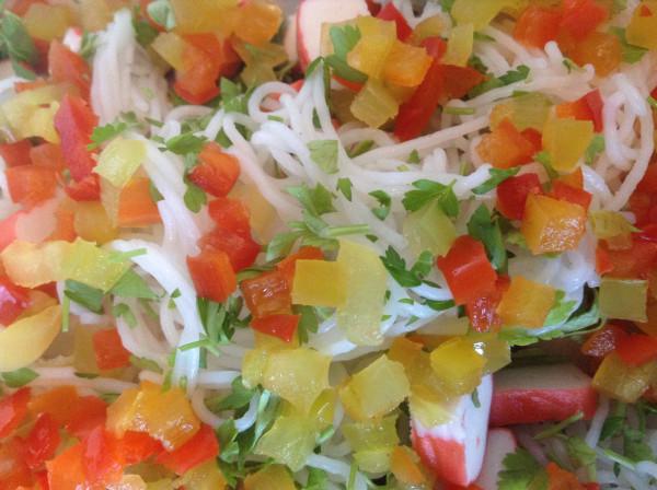 салат с крабовыми палочками и рисовой лапшой