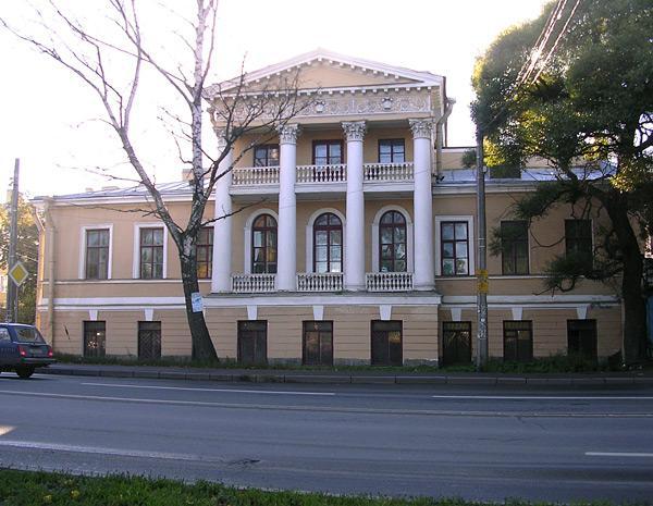 Дом №10 по набережной Адмирала Лазарева. В прошлом особняк А. И. Глуховского (его дача)