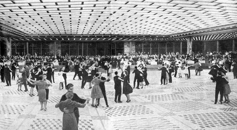 Танцы в банкетном зале Дворца Съездов