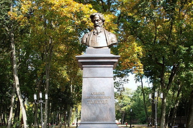 Памятник Алексею Константиновичу Толстому в Брянске