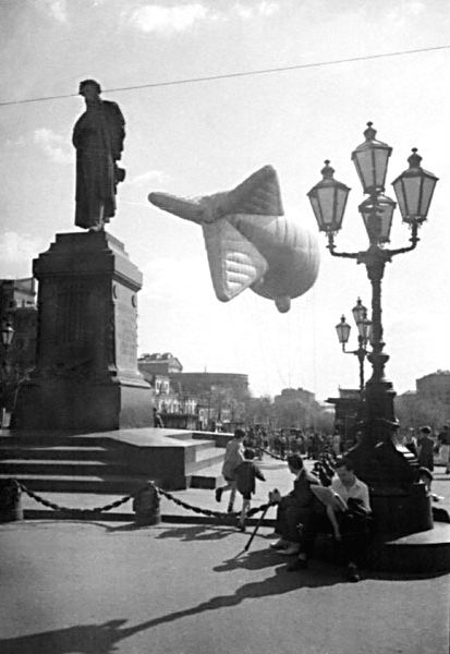 Аэростат на площади Пушкина. 1941