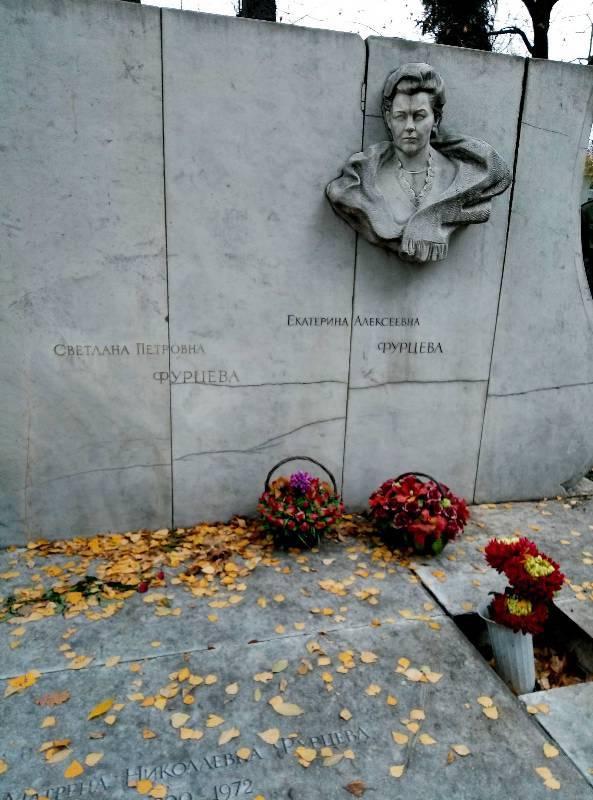 Могила Екатерины Фурцевой на Новодевичьем кладбище в Москве