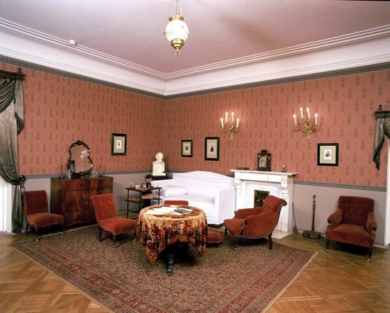 Комната с диваном, на котором Некрасов провел свои последние дни