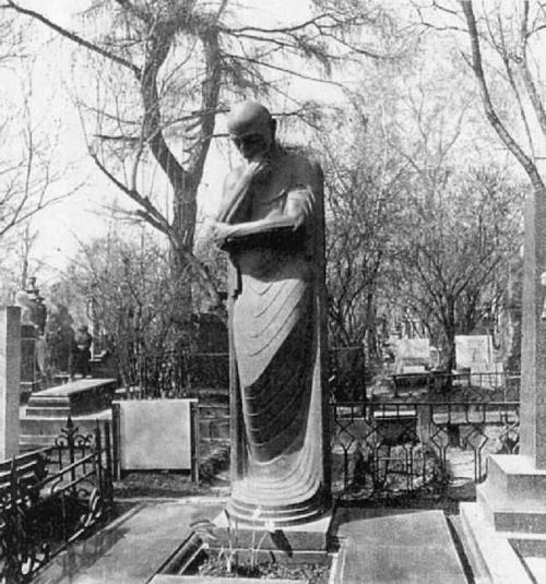 В 1952 году «Мысль» стала надгробьем могилы С.Д. Меркурова