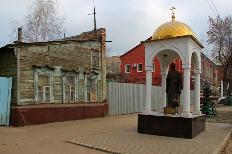 В 2012 году на улице Чкалова был установлен памятник Николаю Чудотворцу. Памятник установлен перед домом 86, за которым в глубине квартала располагался дом семьи Болонкиных.
