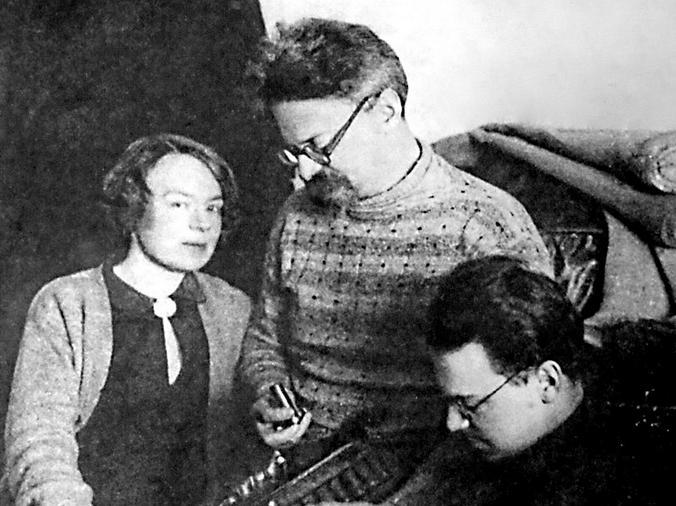 Троцкий с женой и сыном
