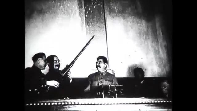 Сталину дарят винтовку
