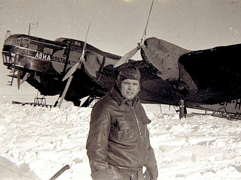 Михаил Водопьянов со своим самолетом