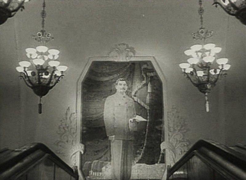 """Портрет Сталина на станции """"Арбатская""""."""