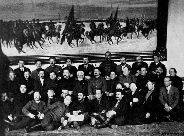 Л. Каменев и Л. Троцкий с делегатами съезда